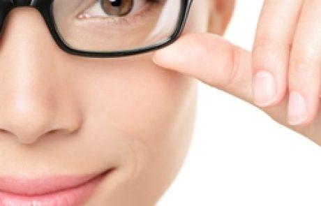 איפור עיניים מושלם מאחורי מסגרת המשקפיים