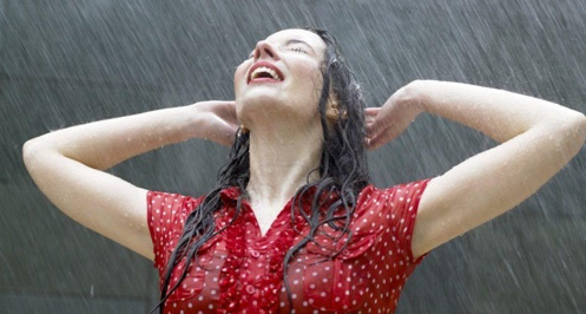 איך תשמרי על שיער חלק בימי הגשם?