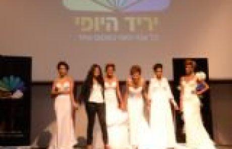 יריד היופי: תצוגת אופנה על טהרת דוגמניות כהות עור