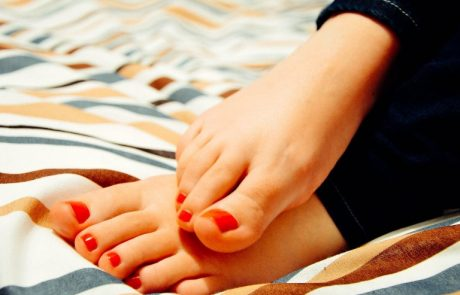 מצדיעים לכפות הרגליים